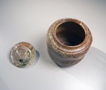 Tsuji Seimei (1927-2008), Shigaraki water jar with crescent-shape applied clay design and matching cover