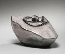 Kaneta Masanao (b. 1953), Covered water storage jar with Hagi glaze, kiln effects and matching lid with knob handle