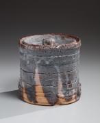 Nezumi-shino (gray shino)-glazed covered water jar with lid with matching lid