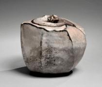 Kaneta Masanao (b. 1953), Hagi-glazed covered water storage jar withslanted shoulders and matching lid with knob handle