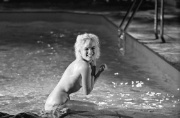 """Marilyn Monroe (laughing in pool), """"Something's Got to Give"""", May 23, 1962"""