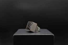 Serge Manzon's ring, diagonal view