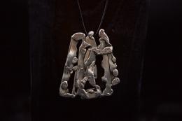 Albert Feraud's pendant close up straight view