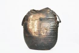 Rémi Bonhert's ceramic vase, closer full diagonal view of the front