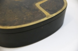 Jany Blazy's box, detailed view of side of box with lid closed
