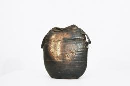 Rémi Bonhert's ceramic vase, full diagonal view of the front