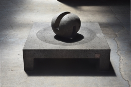 """Pierre Székely's """"Espace établi"""" sculpture, full view from above with ball turned diagonally in a darker background"""