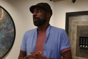 흑인 미술가의 녹슨 구리거울은 무엇을 비추나