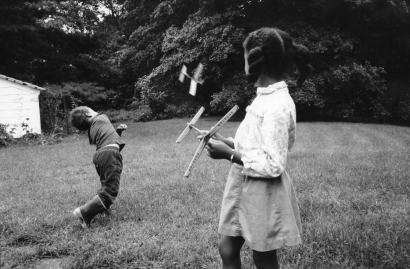 Chester Higgins - Damani and Nataki flying airplanes, Alabama, 1981  | Bruce Silverstein Gallery