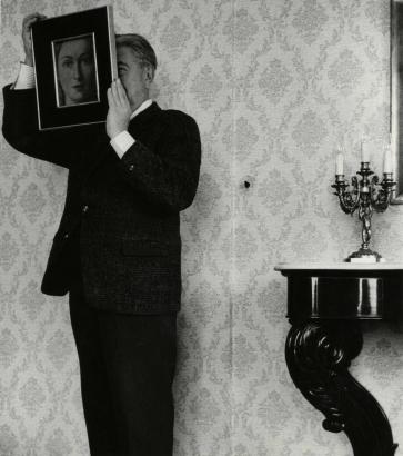 """René Magritte / Shunk-KenderRené Magritte posant avec """"La Ressemblance"""" (partie de L'évidence éternelle"""" (1954),1962-1964 ; Bruce Silverstein Gallery"""