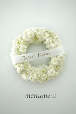 MICHAEL VICKERS | WREATH| COURONNE DE FLEURS ET BANNIÈRE | 24 X 24 X 5 POUCES| 2017