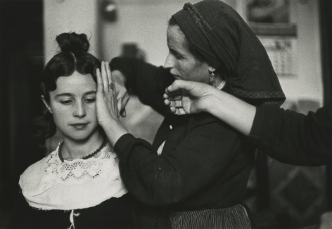 Inge Morath - Navoleau, Old Castille Bridesmaid being coiffed, 1955 - Howard Greenberg Gallery