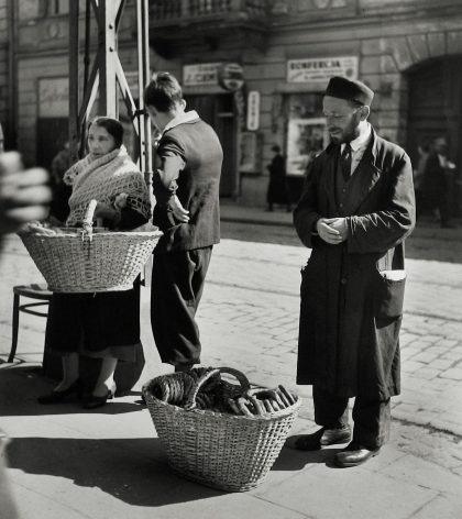 Roman Vishniac - A Family of Bagel Peddlers, Warsaw, 1938 - Howard Greenberg Gallery