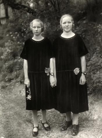 August Sander - Farm girls, c.1928 - Howard Greenberg Gallery