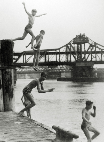 Harold Roth - East River Divers, 1950 - Howard Greenberg Gallery