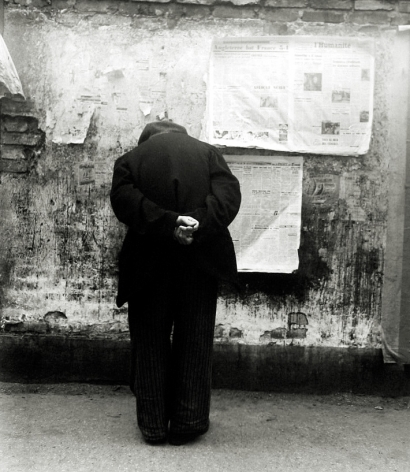 Louis Stettner - The Reading Wall, Paris, 1950 - Howard Greenberg Gallery