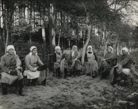 August Sander - Bauernmädchen beim Flachsbrechen, c.1925 - Howard Greenberg Gallery