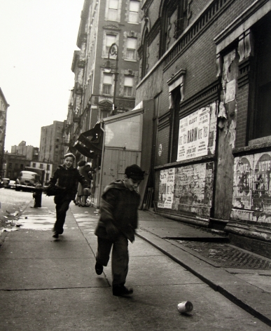 Rebecca Lepkoff - Lower East Side, 1946 - Howard Greenberg Gallery