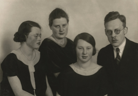 August Sander - Dr. Otto Schmidt and his sisters, 1925 - Howard Greenberg Gallery