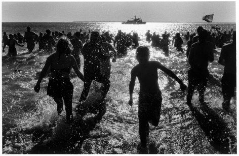 Sous Les Etoiles Gallery, New Year's Day Run Into the Ocean, Harvey Stein, Coney Island