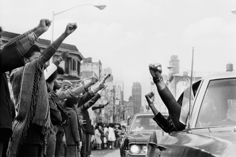 Jean-Pierre Laffont, Attica Funerals people holding the Black Panther salute, Bronx, 1971