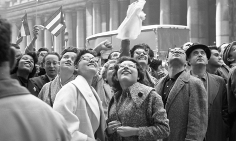 Alberto Korda, Waiting to see Fidel Castro outside the Statler Hotel, New York, Tuesday, April 21, 1959, Sous Les Etoiles Gallery