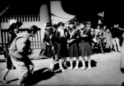 James Whitlow Delano, Mangaland, In the path of lenses and avoiding them in front of Kaminari Gate, Tokyo, Japan, 1999, Sous Les Etoiles Gallery