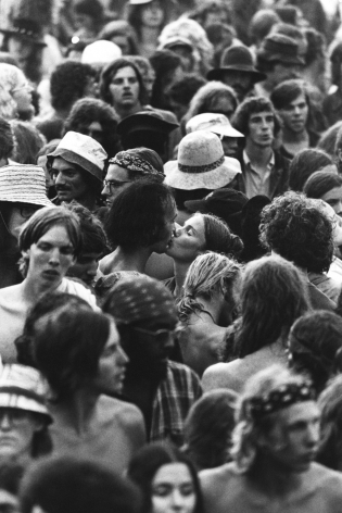 Jean-Pierre Laffont, Watkins Glen July 73 Couple kissing in the crowd, Turbulent America, Sous Les Etoiles Gallery