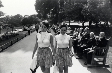 Garry Winogrand Two women dressed as twins, Central Park, NYC