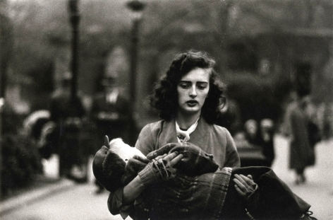 Diane Arbus, Woman Carrying Child in Central Park 1956