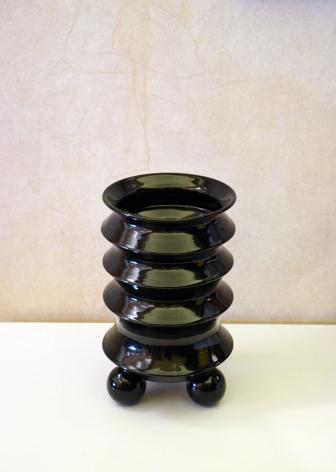 Black Flower Vase / Mauricio Paniagua y Tony Moxham