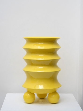Yellow Flower Vase / Mauricio Paniagua y Tony Moxham