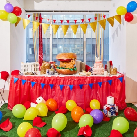 Table with balloons and sculptures