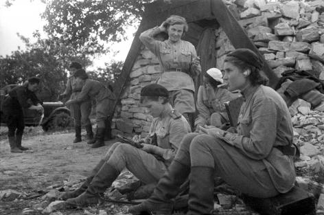 Evgeny Khaldey (1917-1997), Night Witches from the Night Bomber Regiment (Nadezhda Popova, standing), Tamansky Division, Novorosyisk, 1943