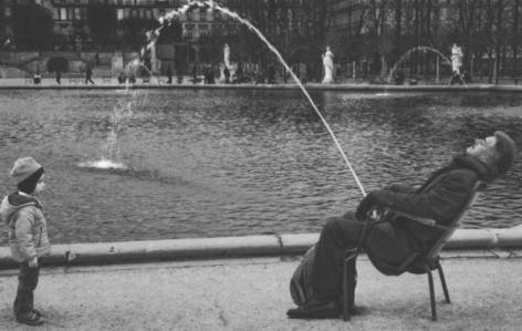 Pentti Sammallahti, Fountain,Paris, 2011