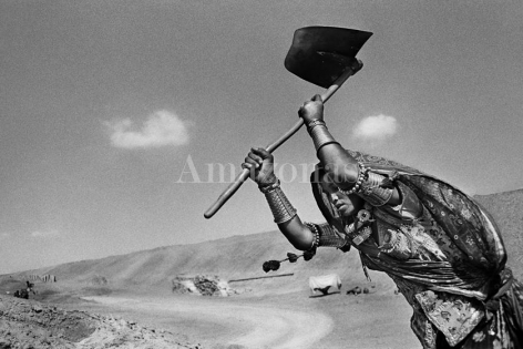 , Sebastião Salgado, Worker on the canal construction site of Rajasthan, India, 1990, gelatin silver print, 50 x 68 inches/180 x 125 cm. © Sebastião Salgado/Amazonas Images
