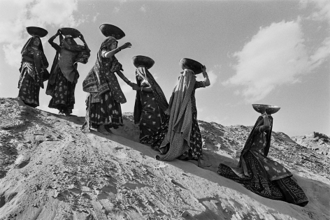 Workers on the canal construction site, Rajasthan Canal Works, India, 1989, gelatin silver print,20 x 24 inches/50 x 60 cm© Sebastião Salgado/Amazonas Images