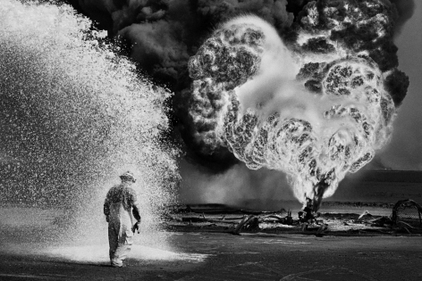 Kuwait, 1991, gelatin silver print, 71 x 97 inches/180.4 x 246.4 cm© Sebastião Salgado/Amazonas Images