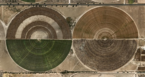 Edward Burtynsky, Pivot Irrigation #27, High Plains, Texas Panhandle, USA, 2012, chromogenic color print, 36 x 68 inches/91.4 x 172.7 cm, Edition 1/12. Photograph © 2012 Edward Burtynsky