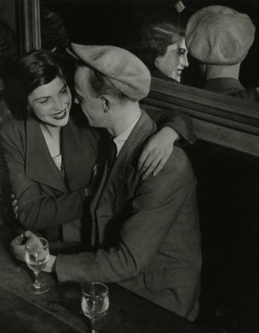 Brassaï, Couple souriant, Balmusette des quatre saisons, Rue de lappe, c. 1932