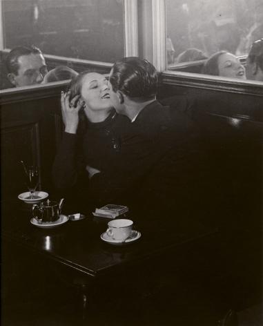 brassaï couple d'Amoureux dans un petit café, quartier italie