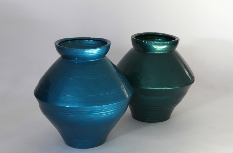 Han Dynasty Vases in Auto Paint喷漆汉朝陶罐2014Han Dynasty vases and auto paint汉朝陶罐, 汽车油漆Set of two, 20 x 20 x 21 ¼ in and 19 ½ x 19 ½ x 19 ½ in (共2件, 51 x 51 x 54 cm 和 50 x 50 x 50 cm)