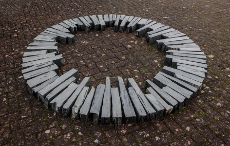 , RICHARD LONG (理查德 朗),  Hong Kong Circle, 2015, slate stones, 84 x 84 in. (diameter)