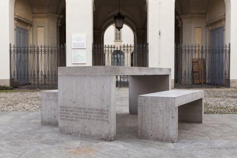 TERESA MARGOLLES, Mesa y dos bancos