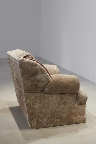 TERESA MARGOLLES Sillón tapizado frente a línea fronteriza / Upholstered armchair facing a borderline