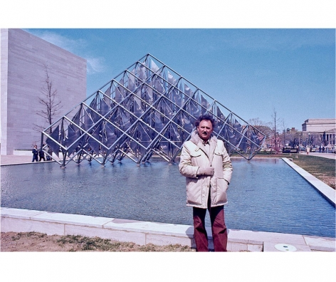Alejandro Otero, withDelta Solar 1977, kinetic sculpture made ofstainless steel, at the National Air and Space Museum in Washington, D.C. Photo courtesy of the Otero Pardo Foundation Archives.