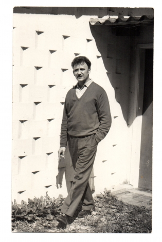 Alejandro Otero outside his studio, 1960. Photo courtesy of the Otero Pardo Foundation Archives