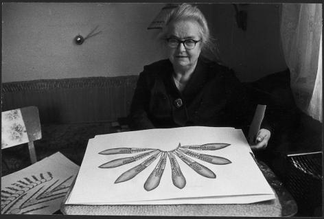 Anna Zemankova in her apartment, Prague, 1980, Photo: Jan Reich. Archives de la Collection de l'Art Brut, Lausanne.