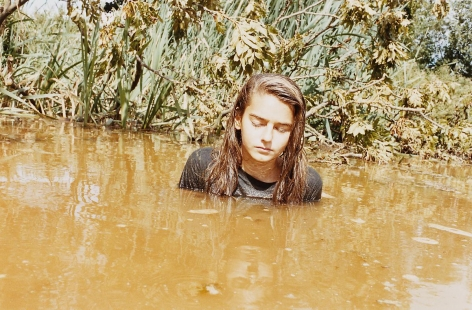 JUERGEN TELLER, Lola in Pond, Suffolk 2010, 2010