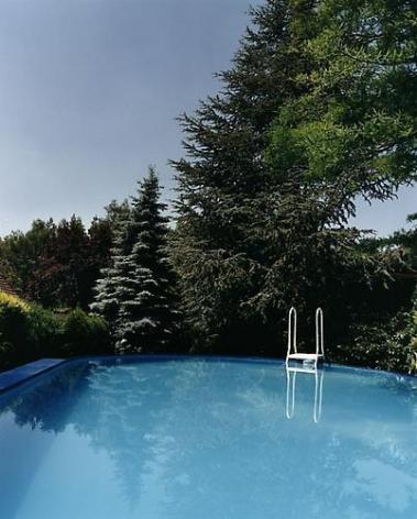 JUERGEN TELLER Blauer swimming pool, Bubenreuth, 1998